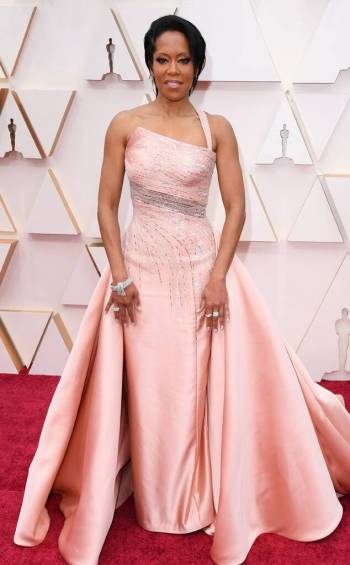 rs_634x1024-200209143705-634-Regina-King-2020-Oscars-Oscar-Awards-Red-Carpet-Fashions